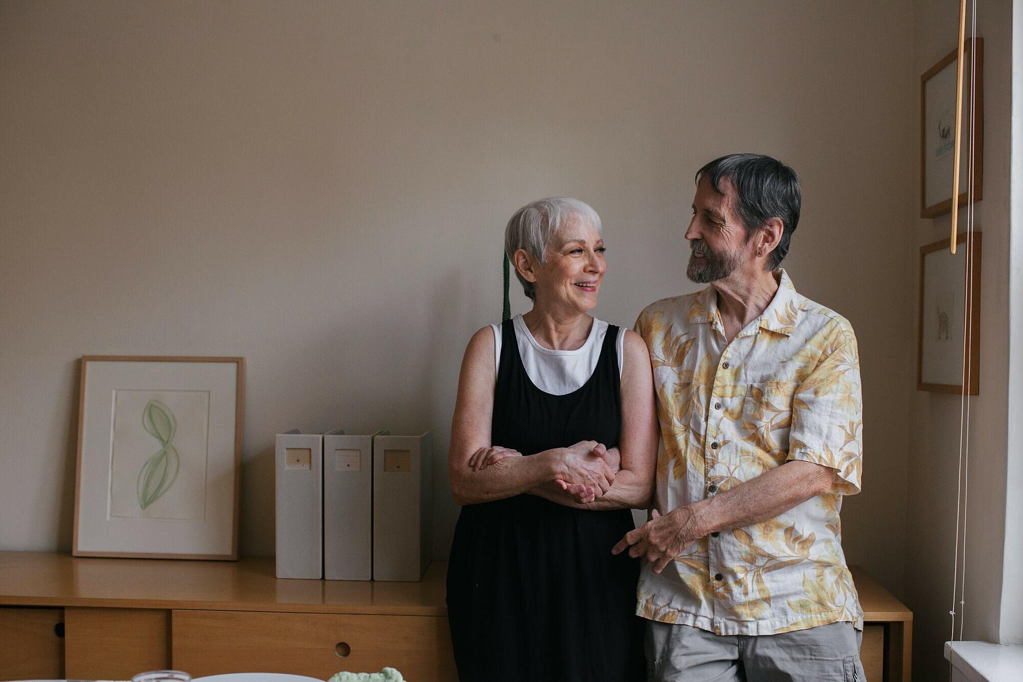 Không sống chung, Spoon và Backe vẫn có mối quan hệ yêu đương lãng mạn và gắn bó. Ảnh: Elizabeth D. Herman/ The New York Times.