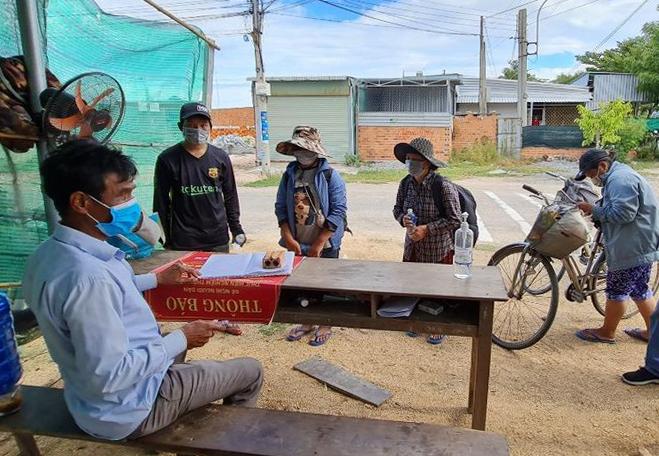 Gia đình Nghệ An đã đạp xe 10 ngày qua, bất chấp nắng mưa. Trong ảnh họ khai báo tại chốt Chung Mỹ. Ảnh: Tuổi trẻ Công an huyện Ninh Phước.