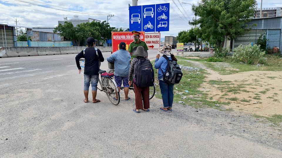 Cán bộ trực chốt dặn dò gia đình và chúc họ lên đường bình an. Ảnh: Tuổi trẻ Công an huyện Ninh Phước.