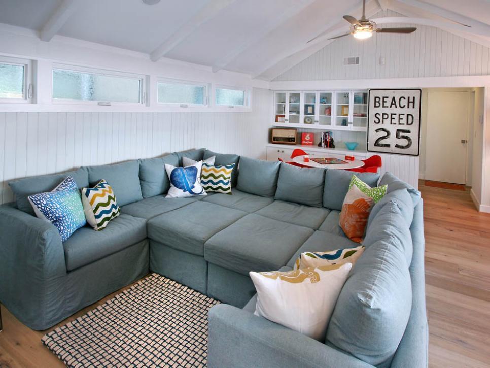 Một bộ sofa quá to có thể biến một căn phòng rộng thành chật. Ảnh: hgtvhome.