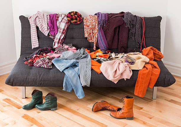 Để quần áo ở sai chỗ khiến căn nhà bừa và chật. Ảnh: iStock.