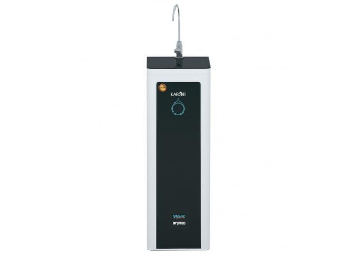 Máy lọc nước RO Karofi Optimus i2 O-i229A trang bị 9 lõi lọc có khả năng loại bỏ mùi và vị, loại bỏ tạp chất nhìn thấy được, khử muối, clo, vi khuẩn, kim loại nặng trong nước. Màn hình LED cảm ứng cung cấp thông tin: tự động súc rửa màng lọc RO, báo thay lõi lọc, công tắc điều khiển van áp thấp, cảnh báo rò rỉ nước, thể hiện độ sạch của nước đầu vào và ra, cảnh báo nước cấp đầu vào yếu. Máy hoạt động hoàn toàn tự động. Người dùng chỉ cần cắm điện mở nước và sử dụng. Máy thiết kế 1 vòi nước tinh khiết uống trực tiếp gắn ngay trên mặt trên của tủ và trang bị thêm đường lấy nước sinh hoạt ngay sau cốc lọc thô dùng để sơ chế thực phẩm.  Chiều ngang 29 cm, sâu 34 cm và cao 90 cm, máy không tốn diện tích, có công suất lọc khoảng 20 lít mỗi giờ. Với 10 lít nước đầu vào sẽ cho ra 7 lít nước tinh khiết và 3 lít nước thải. Sản phẩm bảo hành 24 tháng, đang ưu đãi 18% còn 9,65 triệu đồng.