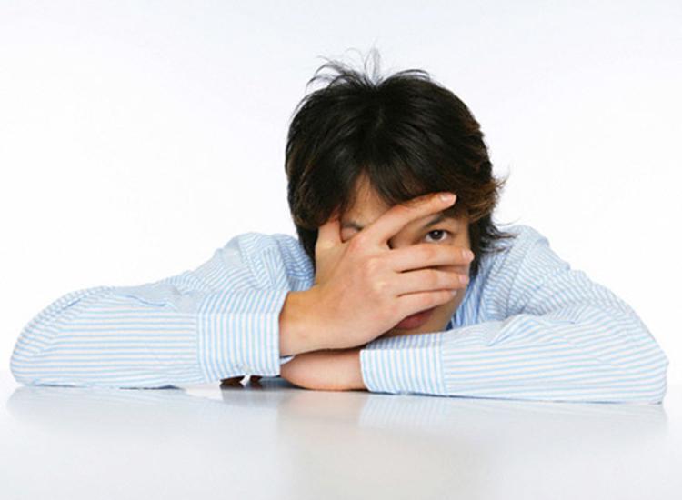 Không tự tin và nhút nhát là nguyên nhân khiến đàn ông ế bền vững. Ảnh: shutterstock.