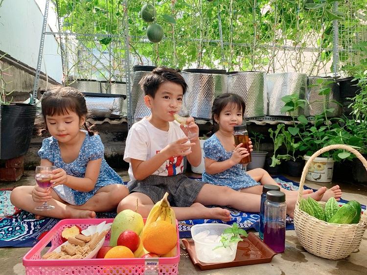 Vườn sân thượng nhà anh Phan Nguyện dành một góc để ba con picnic tại gia. Ảnh: Thủy Tiên.
