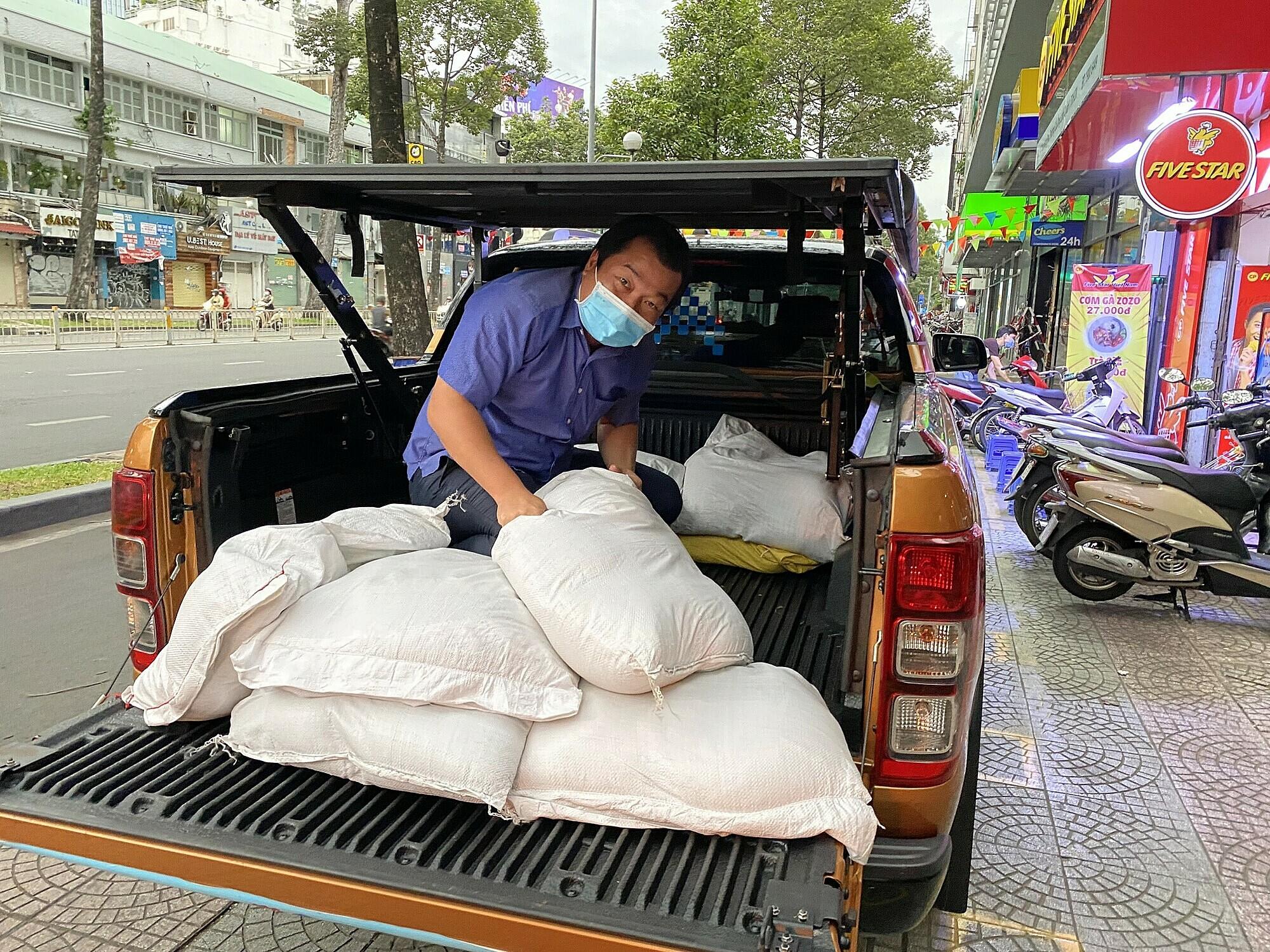 Từ việc nghĩ chỉ hỗ trợ nhóm vài ngày, anh Toàn đã lái xe liên tục hơn nửa tháng nay để vận chuyển hàng hóa. Ảnh: Nhân vật cung cấp.