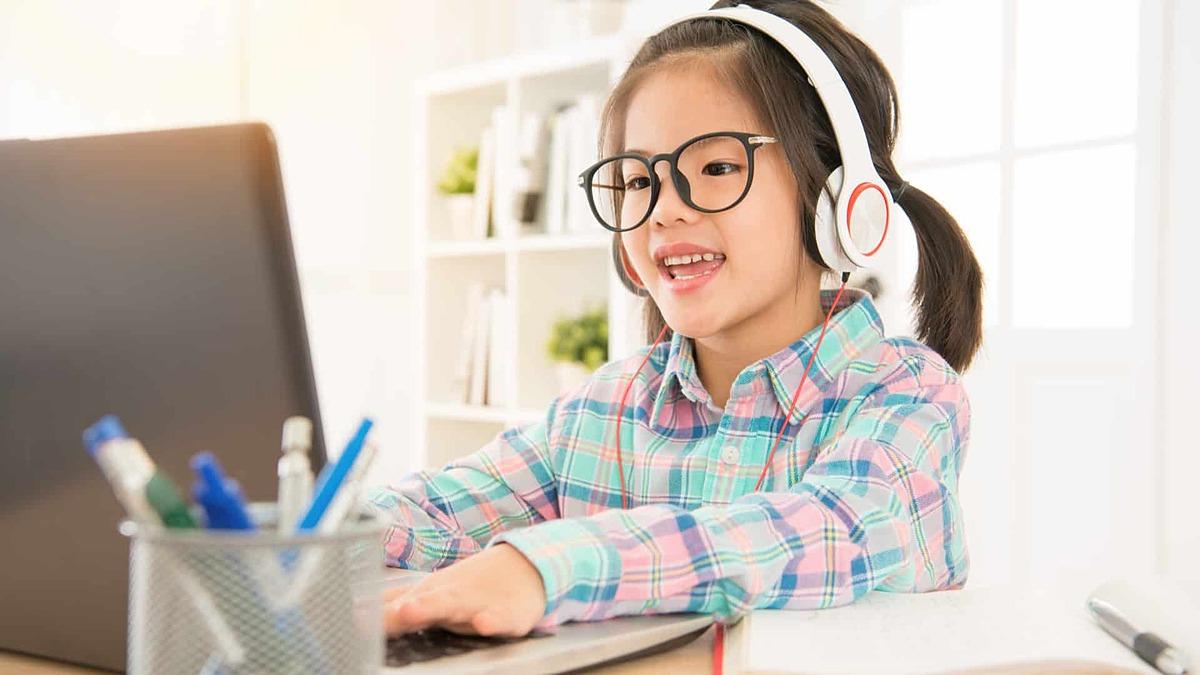 Trẻ có thể rèn luyện kỹ năng toán học thông qua các khóa học trực tuyến. Ảnh minh họa: bestfamilyescapes.