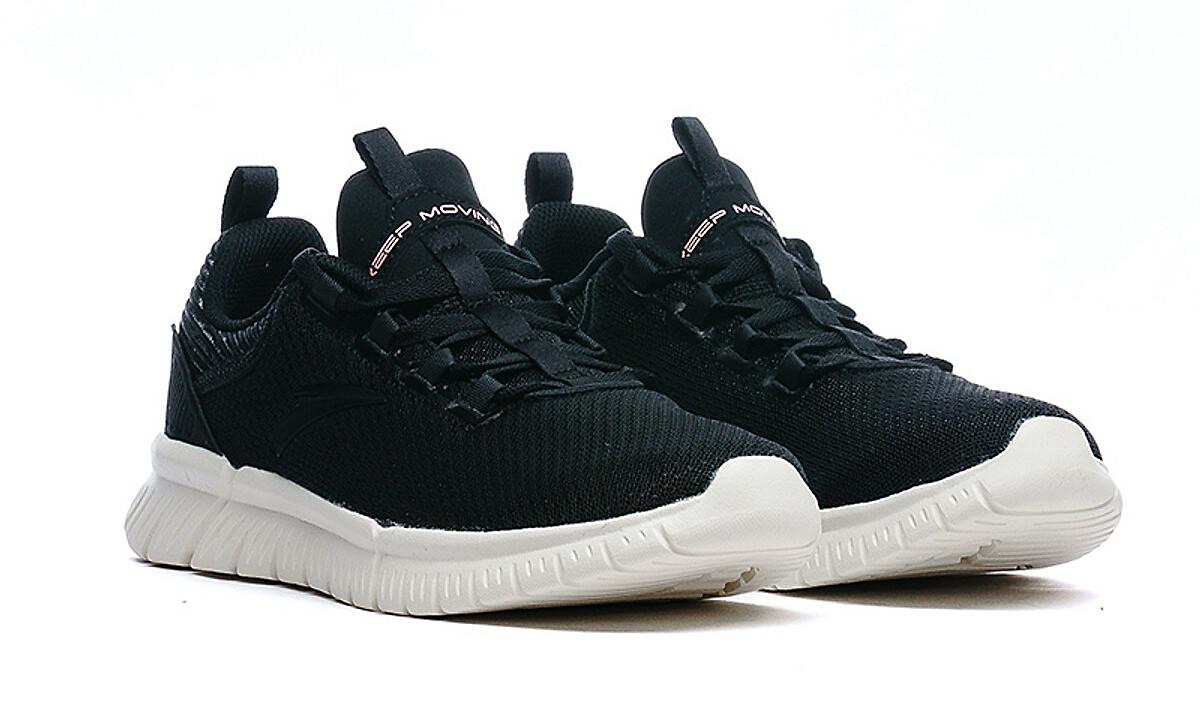 Giày chạy thể thao nữ Anta 822025572-1 màu đen, thiết kế phù hợp với nhiều lứa tuổi và dáng người. Sản phẩm có tính ứng dụng cao, mang khi tập luyện thể thao, đi làm hay đi chơi, dễ phối trang phục. Chất liệu 100% vải lưới, da tổng hợp, TPU. Giày có tính năng thoáng khí, giúp cân bằng nhiệt và độ ẩm trong những điều kiện môi trường khác nhau. Đế cao su mềm, êm, có các đường rãnh chống trơn trượt, giúp người mang dễ chịu khi di chuyển trong thời gian dài. Sản phẩm có đủ các size từ 5.5 đến 8 US. Giày đang được ưu đãi 50% còn 574.500 đồng