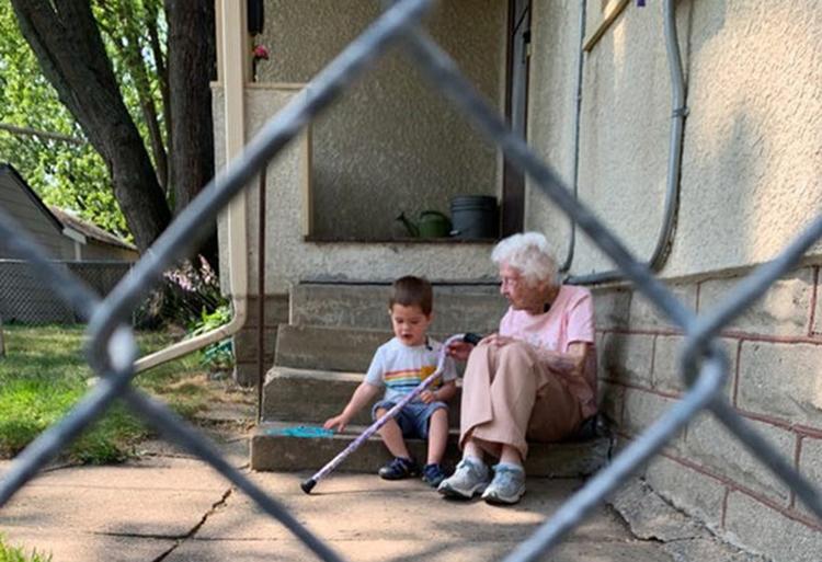 Đôi bạn thân chênh nhau 97 tuổi