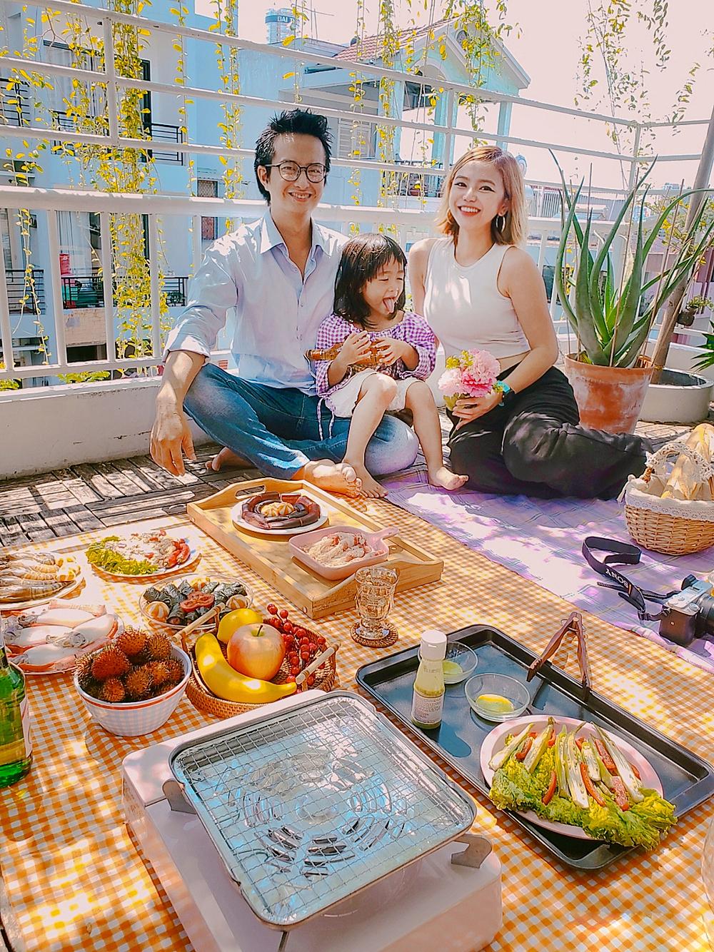 Gia đình chị Điệp trong một buổi picnic trên sân thượng. Ảnh: NVCC.
