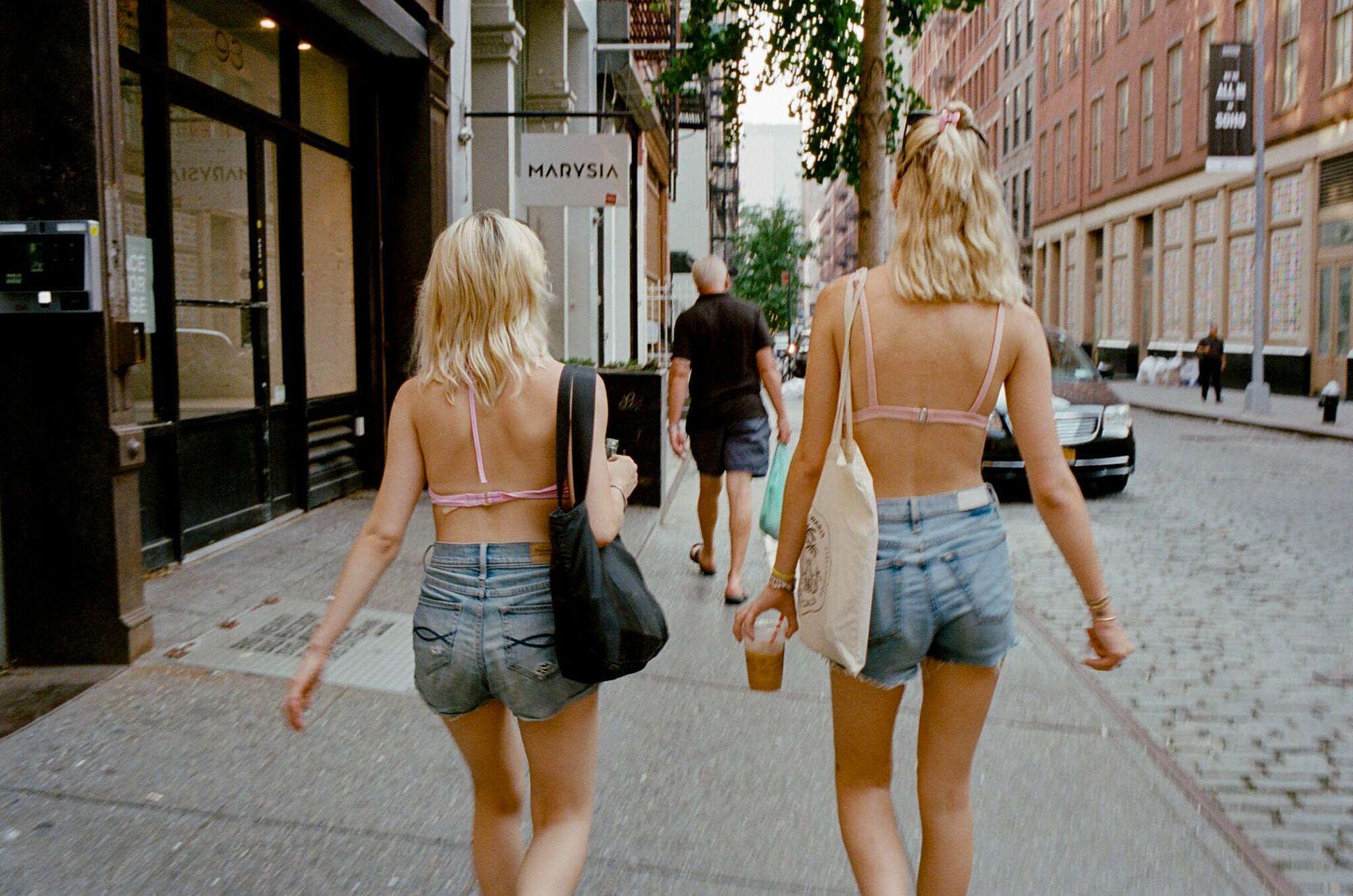 Phụ nữ Mỹ ăn mặc mát mẻ trên đường phố. Ảnh: Sara Messinger/ New York Times.