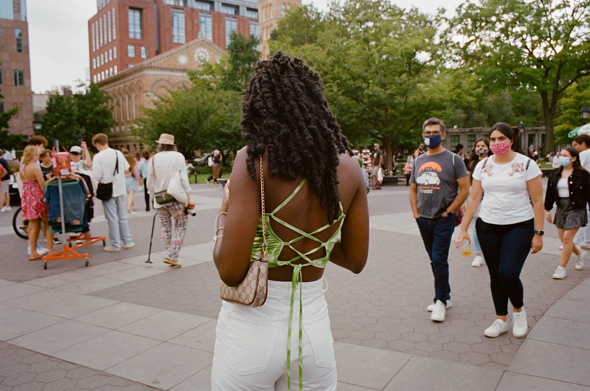 Không khó để bắt gặp những chiếc áo mát mẻ trên đường phố New York sau đợt giãn cách xã hội. Sara Messinger/ New York Times.