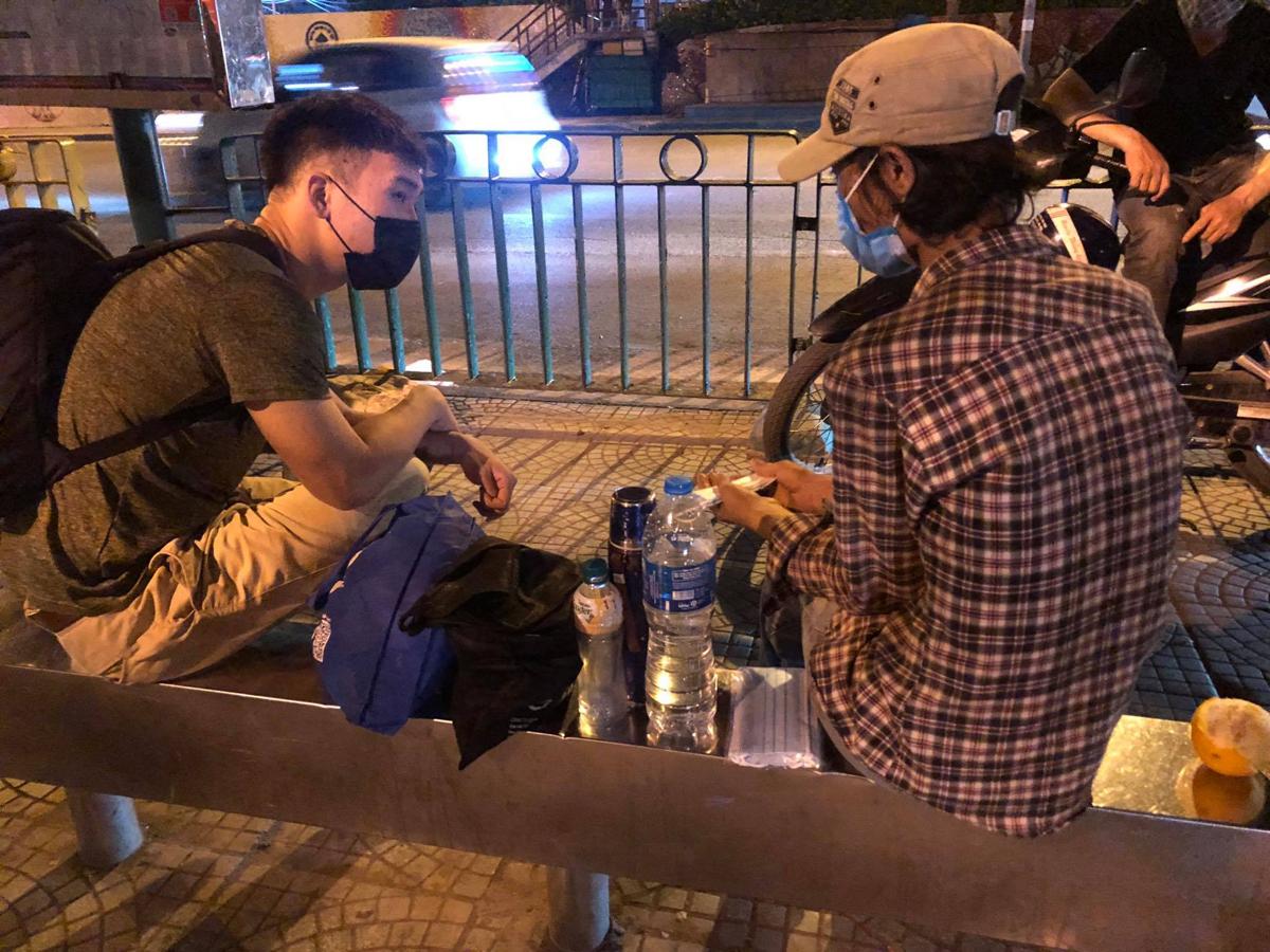 Công hỗ trợ người đàn ông và con 3 tuổi lang thang ở bến xe Long Biên có chỗ ăn ở, vào giữa tháng 7/2021. Ảnh: Blue Dragon.