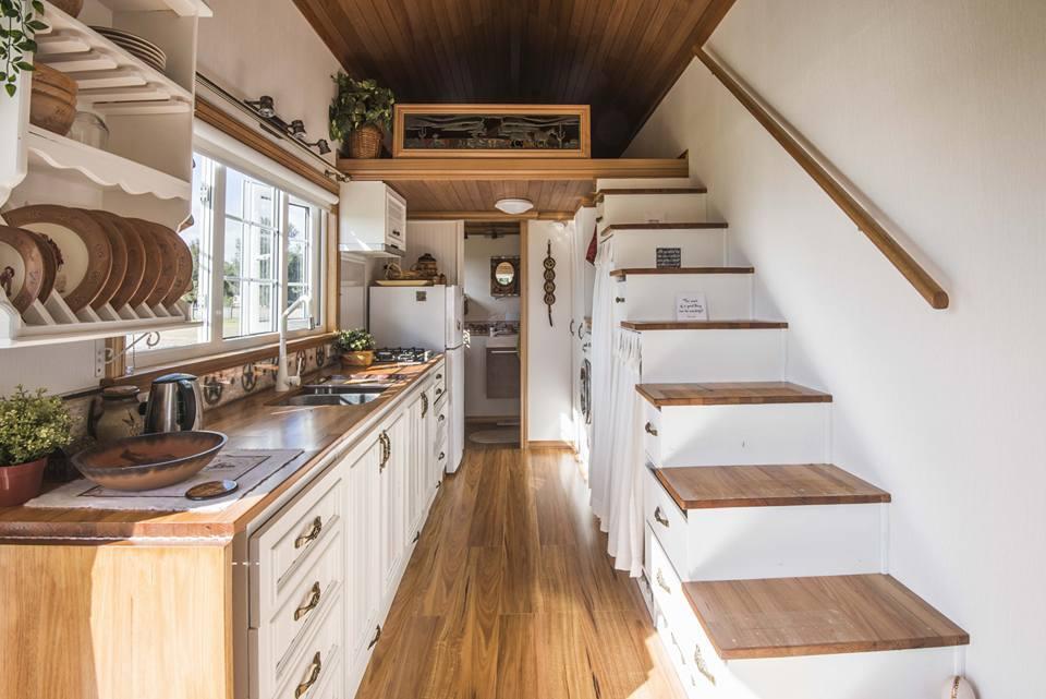 Ngôi nhà bên trong nhỏ và xinh, theo phong cách cao bồi. Ảnh: Ingrid Stanway.