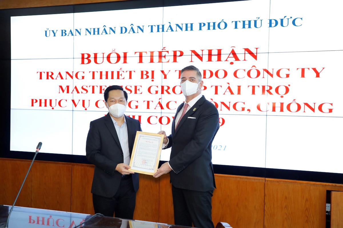 Đại diện tập đoàn Masterise Group (bên phải) trao tặng 23 tỷ cho đại diện UBND TP Thủ Đức. Ảnh: Masterise Group.