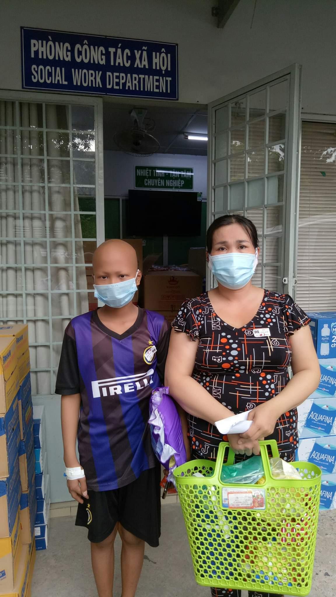 Chiều ngày 28/7, chị Vân đến cầu cứu phòng công tác xã hội để nhờ giúp đỡ vì không xoay sở được tiền viện phí.  Ảnh: Nhân vật cung cấp.