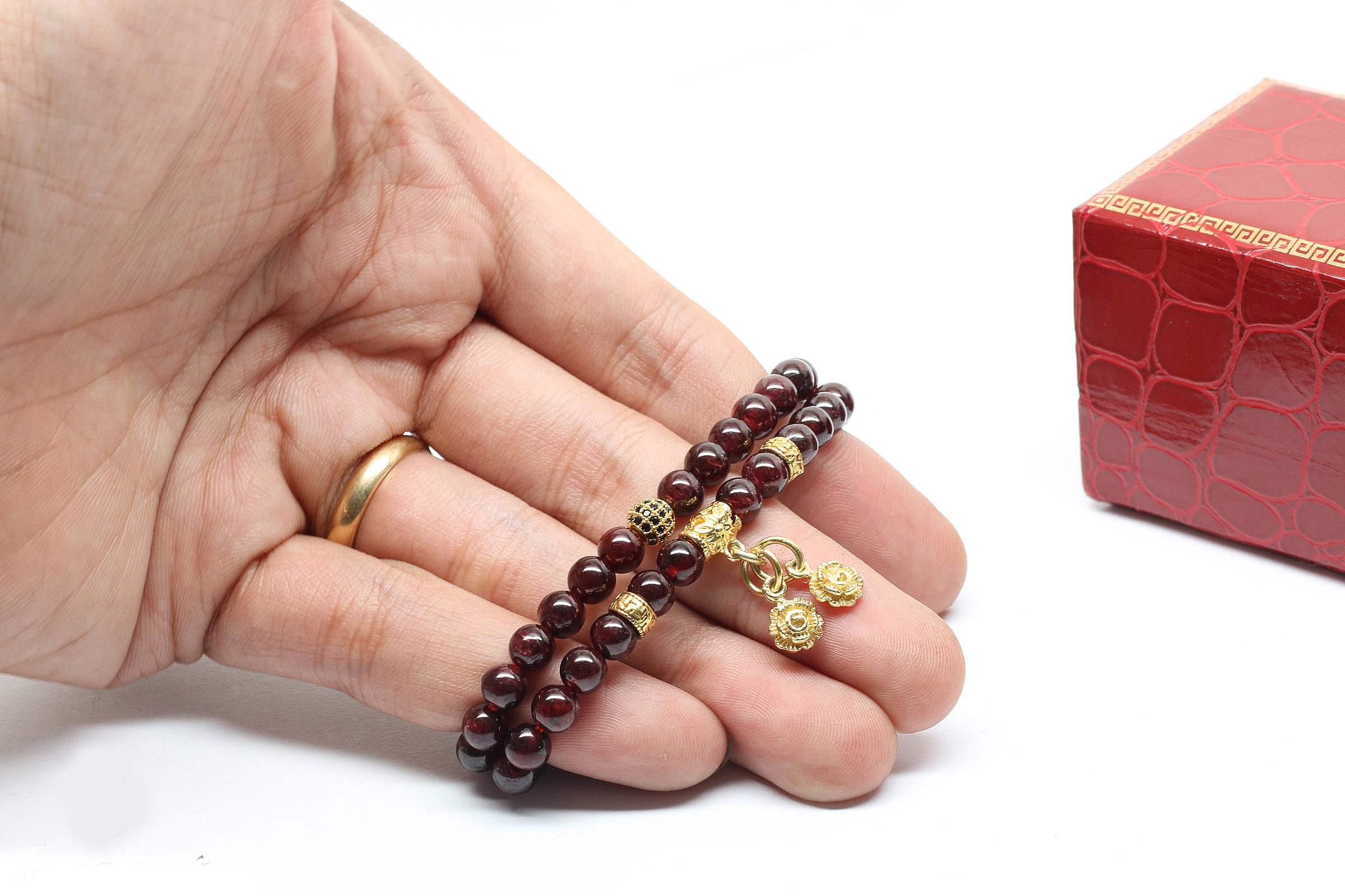 Cặp vòng garnet (ngọc hồng lựu) 6 mm mix charm Ngọc Quý Gemstones 990.000đ 490.000đ được chạm khắc bằng tay