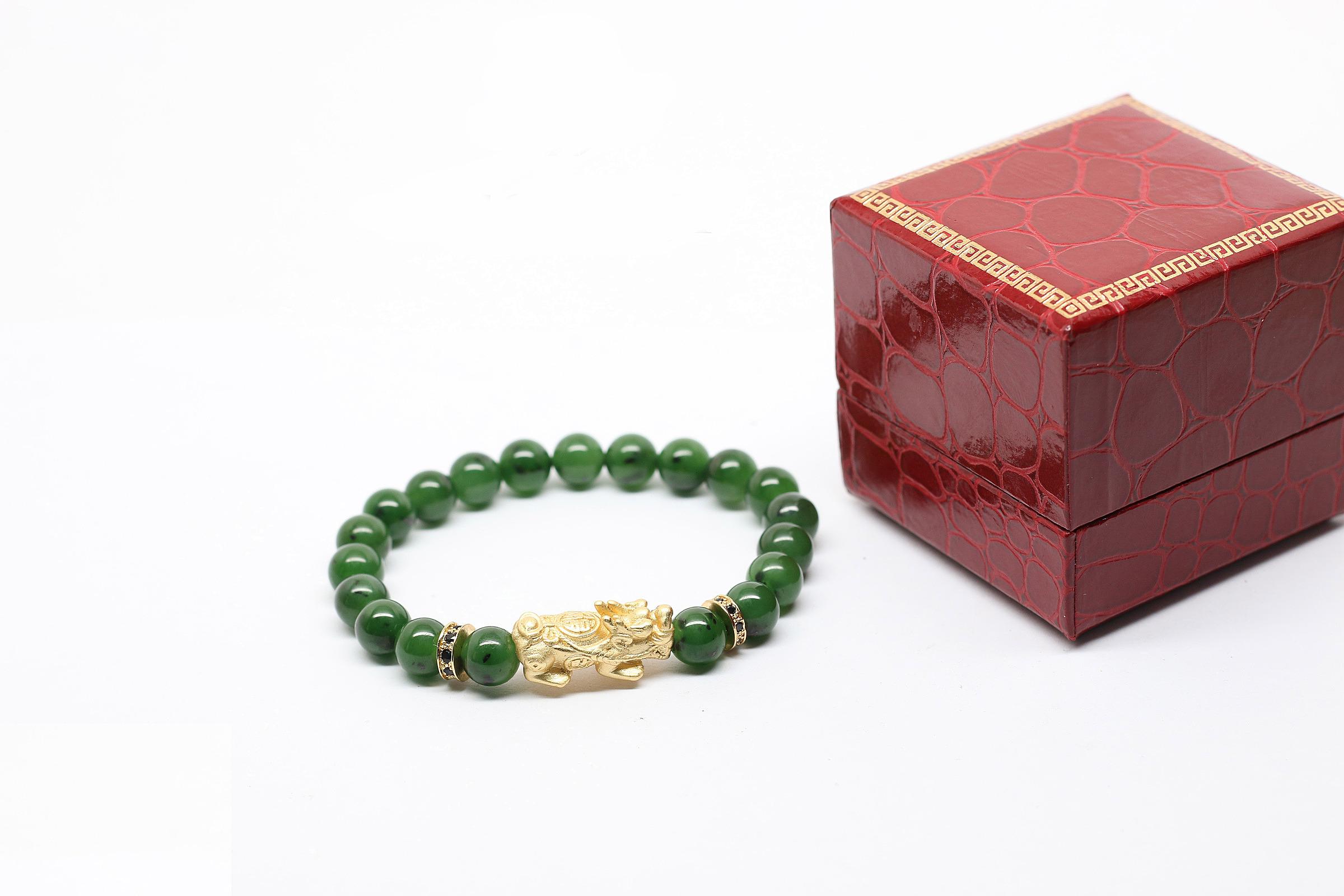 Vòng ngọc bích 8 mm mix tỳ hưu Ngọc Quý Gemstones giảm 36% còn 1,999 triệu đồng; chạm khắc bằng tay.