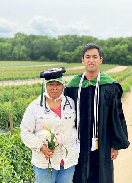 Erick Martínez Juárez chụp ảnh với mẹ bên cánh đồng cà chua sau khi nhận bằng tiến sỹ Y khoa. Ảnh: Today.com