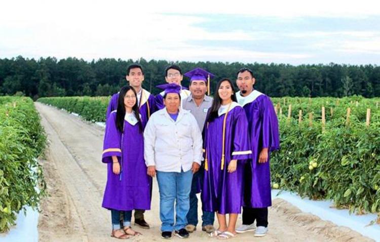 Năm 2020, bốn anh em nhà Erick cùng chụp ảnh với bố mẹ tại cánh đồng ở quê hương. Ảnh: today.com