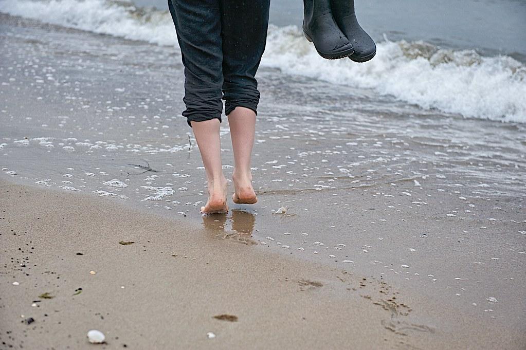 Hãy tháo giày và tận hưởng sự thoải mái, lợi ích của việc đi chân trần. Ảnh: iStock.