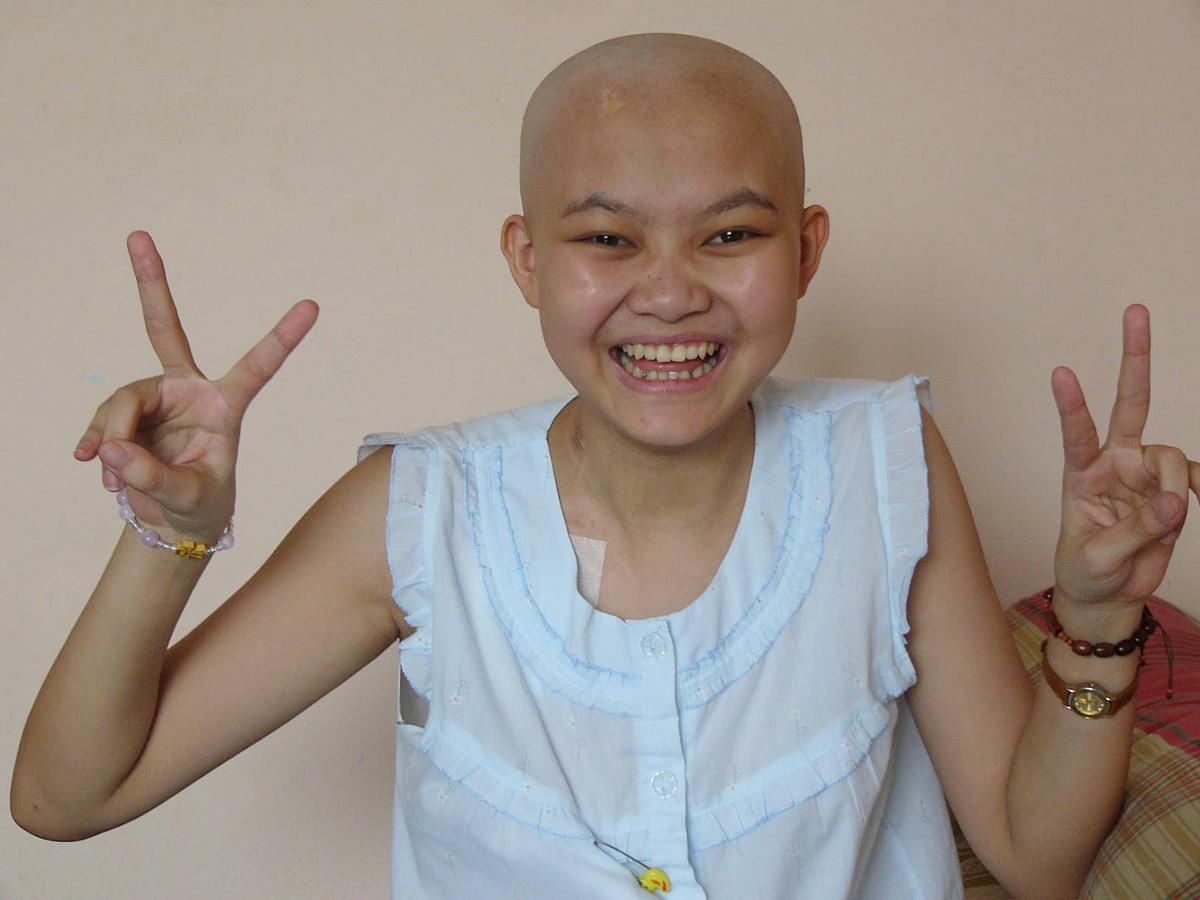 Thời gian đầu bị ung thư, Quyên và gia đình cũng không tin có thể sống, nhưng còn nước còn tát cố gắng chạy chữa. Bức ảnh duy nhất của Quyên trong 18 tháng hóa trị với cái đầu trọc được người anh họ chụp lại.