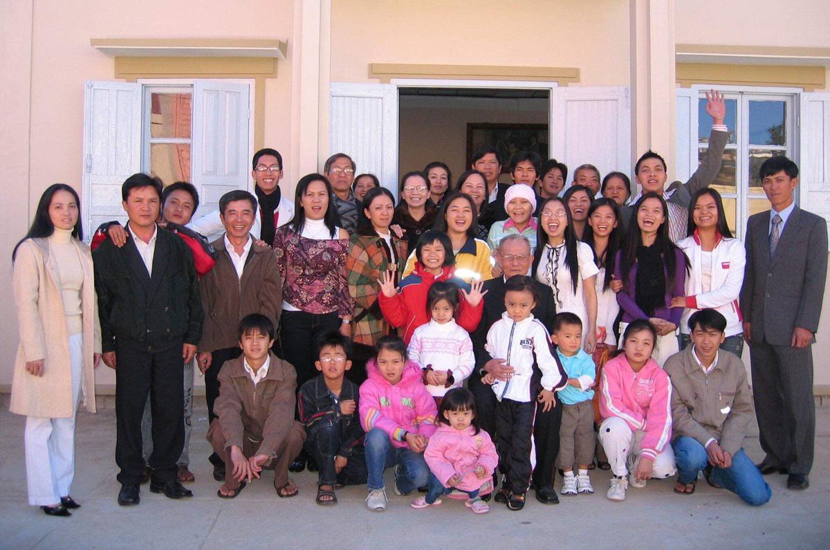 Vì bố mất sớm, hoàn cảnh gia đình khó khăn, nhưng Quyên may mắn có đại gia đình nội ngoại hỗ trợ vật chất và cả tinh thần trong quá trình chiến đấu với ung thư. Trong hình là Quyên (đội mũ len) và gia đình vào Tết 2007.