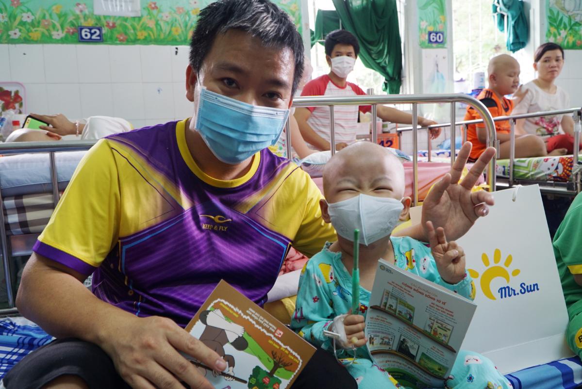 Sự hỗ trợ từ Mặt trời Hy vọng sẽ là cơ hội chữa lành bệnh tật cho các em, bác sĩ ở Bệnh viện Nhi đồng 2 bày tỏ. Ảnh: Thư Anh.