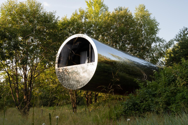 Căn nhà có hình ống như lơ lửng giữa không trung.