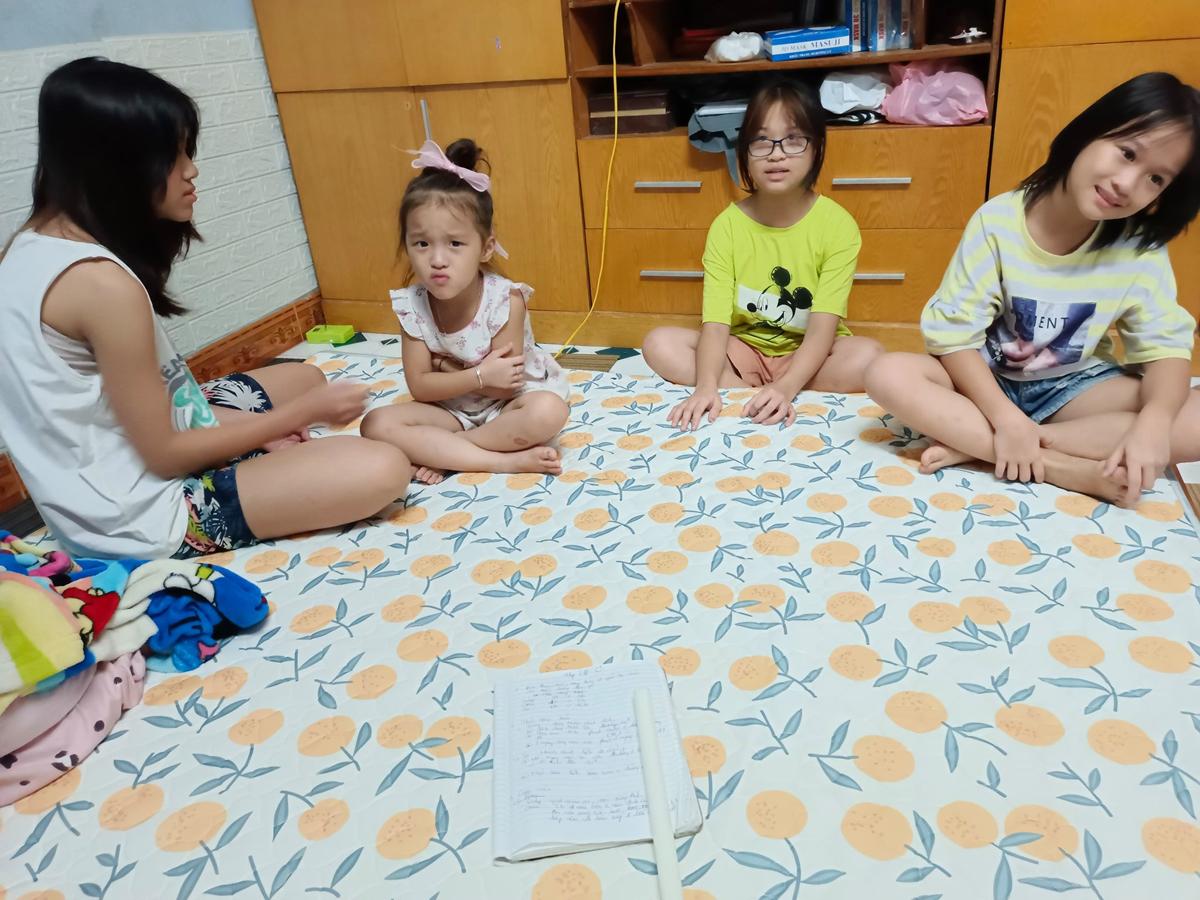 Bốn con gái xúi nhau viết tâm thư để bố mẹ bỏ chính sách cấm điện thoại. Ảnh: Gia đình cung cấp
