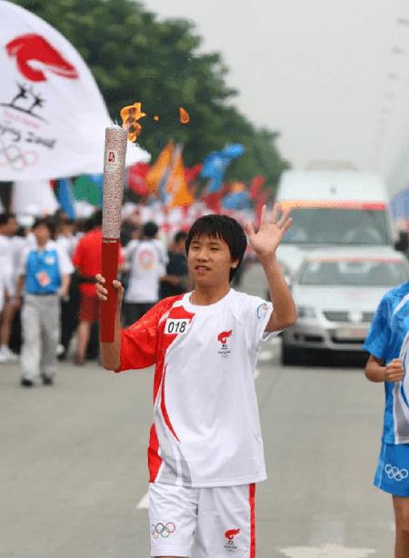 Lôi Sở Niên được chọn là một trong những người được cầm ngọn đuốc của Thế vận hội Olympic 2008 tại tỉnh Tứ Xuyên. Ảnh: sina.