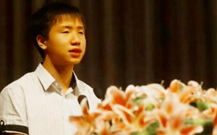 Cứu được 7 người bạn và trở thành tình nguyện viên trẻ nhất Trung tâm Chỉ huy Cứu trợ Động đất Bành Châu, Lôi Sở Niên được coi là anh hùng trẻ tuổi của Trung Quốc sau trận động đất Tứ Xuyên năm 2008. Ảnh: sina.