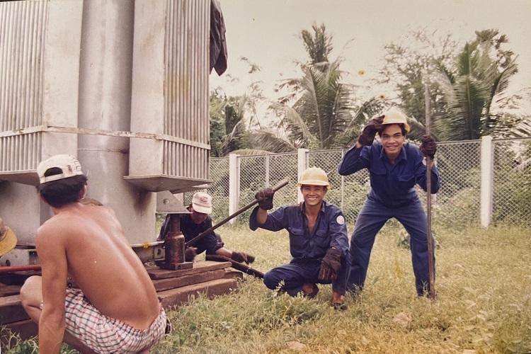 Anh Dũng (ngoài cùng bên phải) trong màu áo xanh công nhân, khi đi làm tại Sa Đéc, Đồng Tháp, năm 1995. Ảnh nhân vật cung cấp