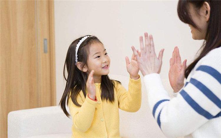 Trước 6 tuổi, bố mẹ có thể dạy trẻ một số quy tắc, nhằm nuôi dưỡng những phẩm chất lẫn thói quen tích cực khi trẻ trưởng thành. Ảnh: shutterstock