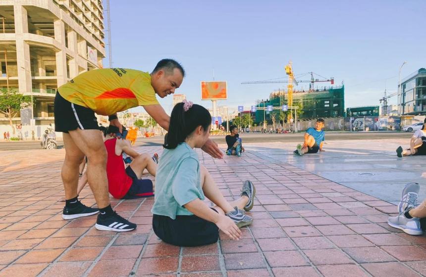 Anh Hưng hướng dẫn các runners khởi động và giãn cơ. Ảnh: NVCC.