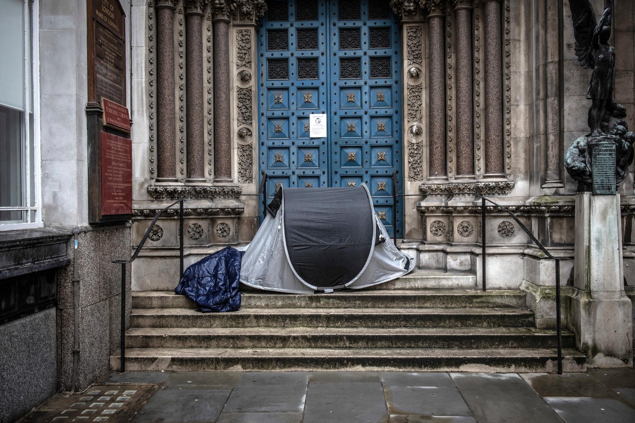 Lều của một người vô gia cư ngoài thềm của một nhà thờ, ở khu tài chính của London. Ảnh: Nytimes