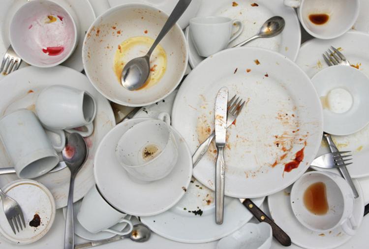 Nên rửa sạch bát đũa sau khi ăn, tránh là nơi phát sinh vi khuẩn độc hại. Ảnh: shutterstock