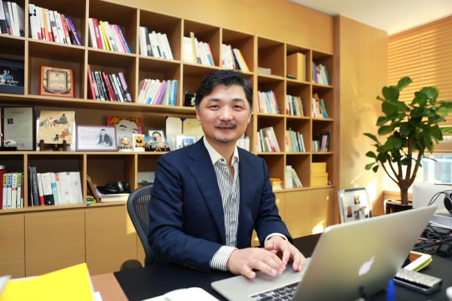 Kim Beom-su yêu cầu các nhân viên gọi mình bằng tên Brian để xóa bỏ văn hóa thứ bậc ở Hàn Quốc. Ảnh: Korea Herald.