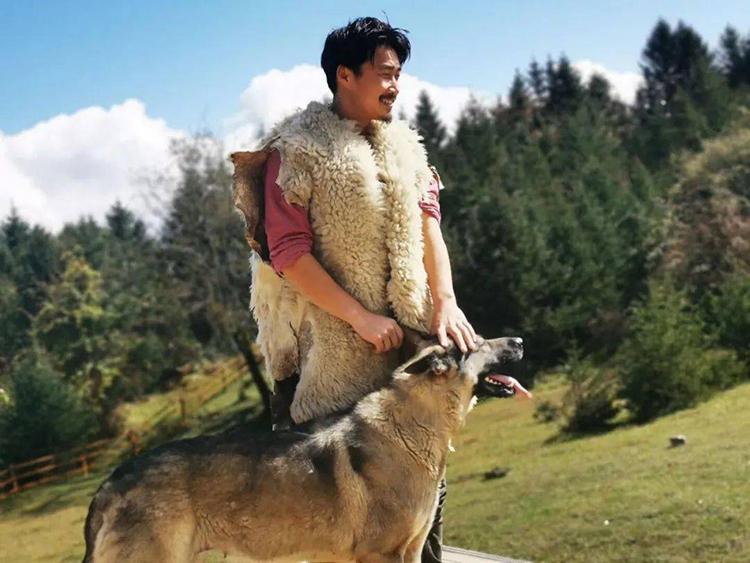 Abu hạnh phúc với cuộc sống trên Đinh Sơn, chú chó becgie là người bạn trên mọi nẻo đường của người đàn ông này. Ảnh: sohu.