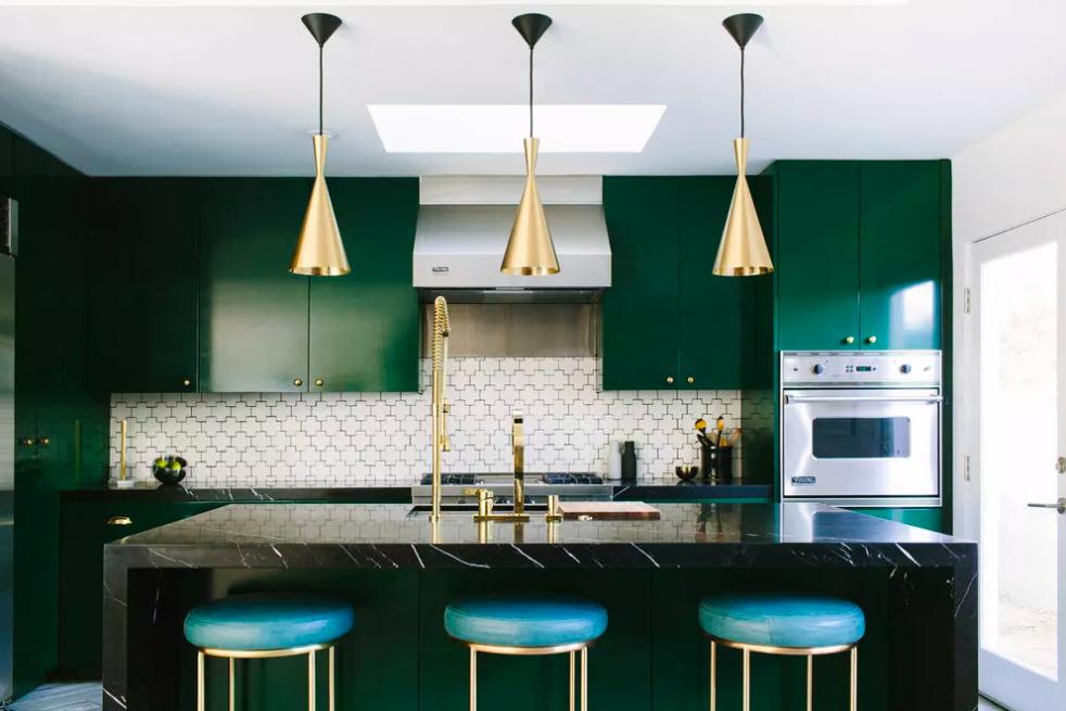 Màu xanh lá đậm tạo sự sang trọng cho khu bếp. Ảnh: The Spruce