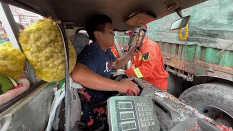 Người đàn ông bị tai nạn tại thành phố Hạc Cương, tỉnh Hắc Long Giang vẫn ân cần, nhẹ nhàng nghe điện thoại của vợ, bởi cô đang mang thai. Ảnh: shuashuakan.com