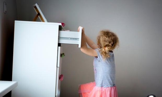 Nhiều trẻ em bị thương do nội thất đổ. Ảnh: The Guardian.