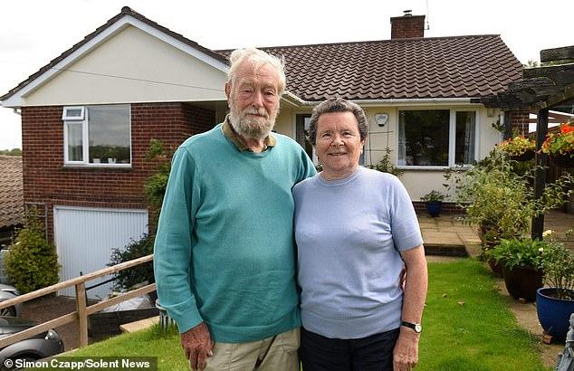 Vợ chồng bà Pauline thường nhận nuôi dưỡng những đứa trẻ cho đến khi chính quyền tìm cho chúng bố mẹ nuôi. Trong 56 năm, ngôi nhà của họ thành nơi cung cấp chỗ ăn ở, chăm sóc, tình yêu cho hơn 600 trẻ. Ảnh: Mirror.