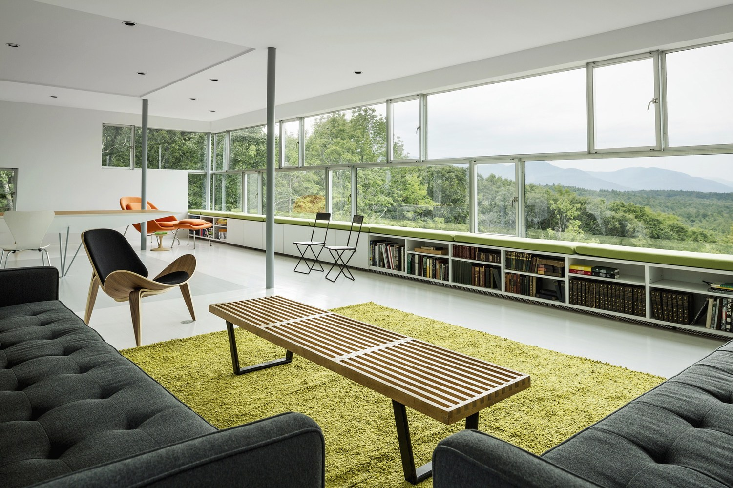 The common living space is located on the top floor and fully exploits the view of nature.