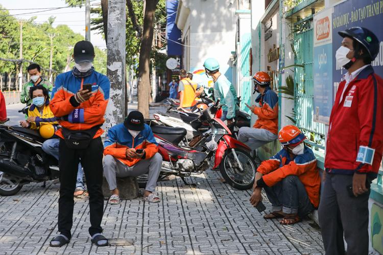 Shipper chờ lấy mẫu xét nghiệm Covid-19 tại quận Gò Vấp, ngày 31/8/2021. Ảnh: Quỳnh Trần