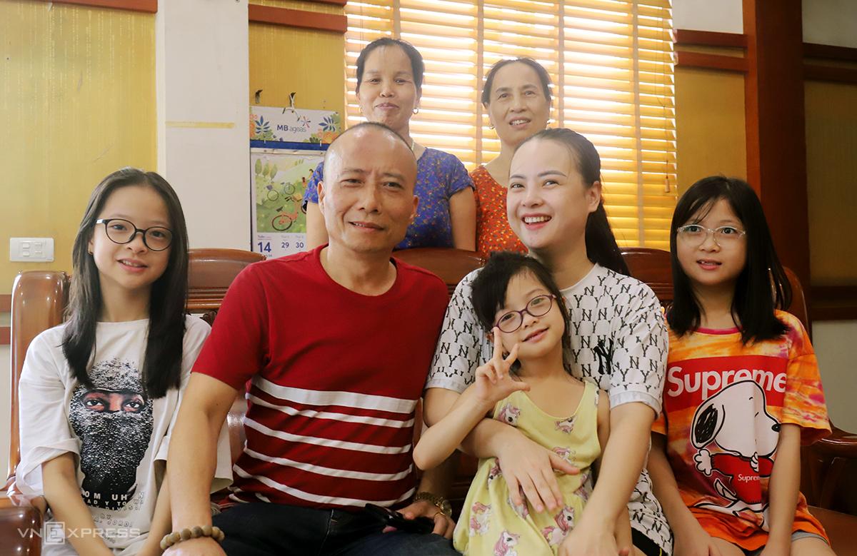 Vợ chồng ông Thống, chị Nhung (thứ hai và ba từ trái sang) cùng một số thành viên trong gia đình vừa chữa khỏi Covid-19. Ảnh: Đức Hùng