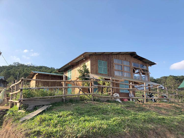 Ngôi nhà 2 tầng được dựng hoàn toàn từ gỗ của Nguyễn Văn Nhã tại thôn Ma Bó. Chàng trai này mất 4 tháng để hoàn thành ngôi nhà. Ảnh: Nhân vật cung cấp.