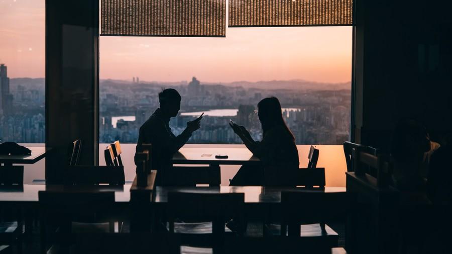 Nhiều người Hàn biết không thể ngồi im chờ duyên trời sắp đặt, mà tìm đến các dịch vụ mai mối để hẹn hò. Ảnh: Shutterstock