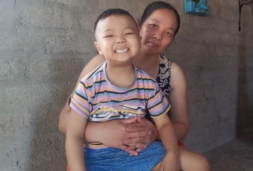 Bé Sumo tên thật là Nguyễn Minh Quân ở cùng ba mẹ và 4 anh chị trong căn nhà chưa trát, xây năm 2014. Chị Đức có bốn con trai và hai con gái, trong đó ba đứa nhỏ vẫn còn đi học. Ảnh: Nhân vật cung cấp.