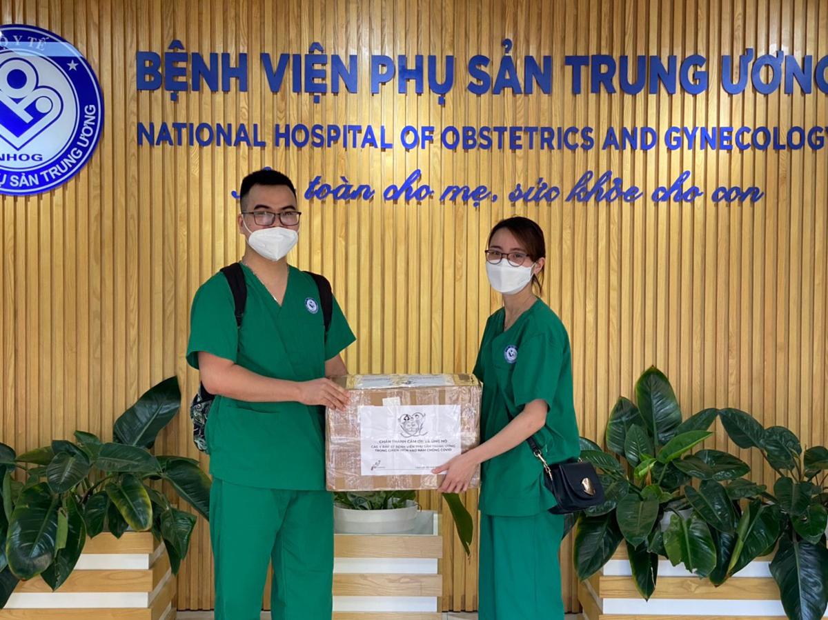 Những phần quà được trao tặng cho đoàn y bác sĩ Bệnh viện Phụ sản trước lúc lên đường. Ảnh: Mỹ Châu