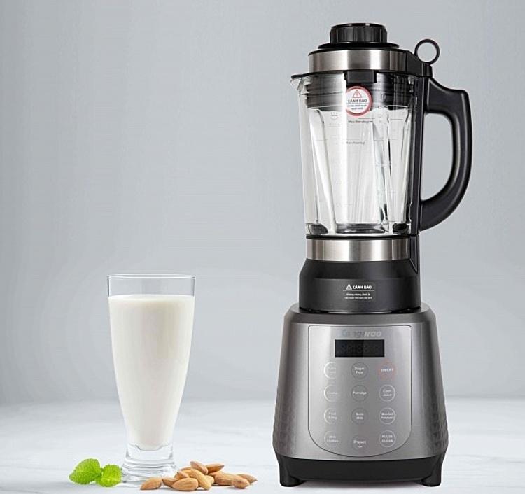Máy làm sữa hạt (còn gọi là máy xay nấu) đa năng Kangaroo KG12BH gồm cối thủy tinh dày 6.5mm chịu lực – chịu nhiệt đến 300 độ C và đế xay nấu có kết cấu đặc biệt cho phép chế biến các món xay nấu hoặc thực phẩm nhuyễn mà không cần ngâm, lọc bã hoặc nấu. . Các món sữa hạt sánh mịn, cháo, súp, sinh tố hay nấu bột đều có thể được thực hiện đơn giản chỉ với 1 nút bấm trên máy. Chỉ cần cho nguyên liệu đã làm sạch vào cối, chọn chế độ cho từng loại thực phẩm là bạn đã có món ăn. Công suất xay đạt 1.000 W, công suất nấu đạt 750W, gia nhiệt 360 độ, nhiệt phân bổ đều trong cối, thực phẩm chín đều, không bị tách lớp.